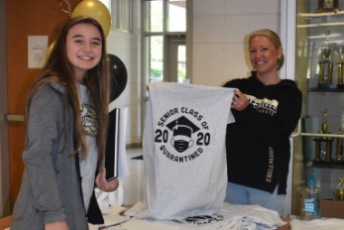 Progress photo by Brittany Sullivan Jade Patterson receives her Class of 2020 T-shirt from HHS art teacher Ellen Englemann